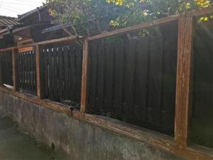 倒れかかっている木の塀